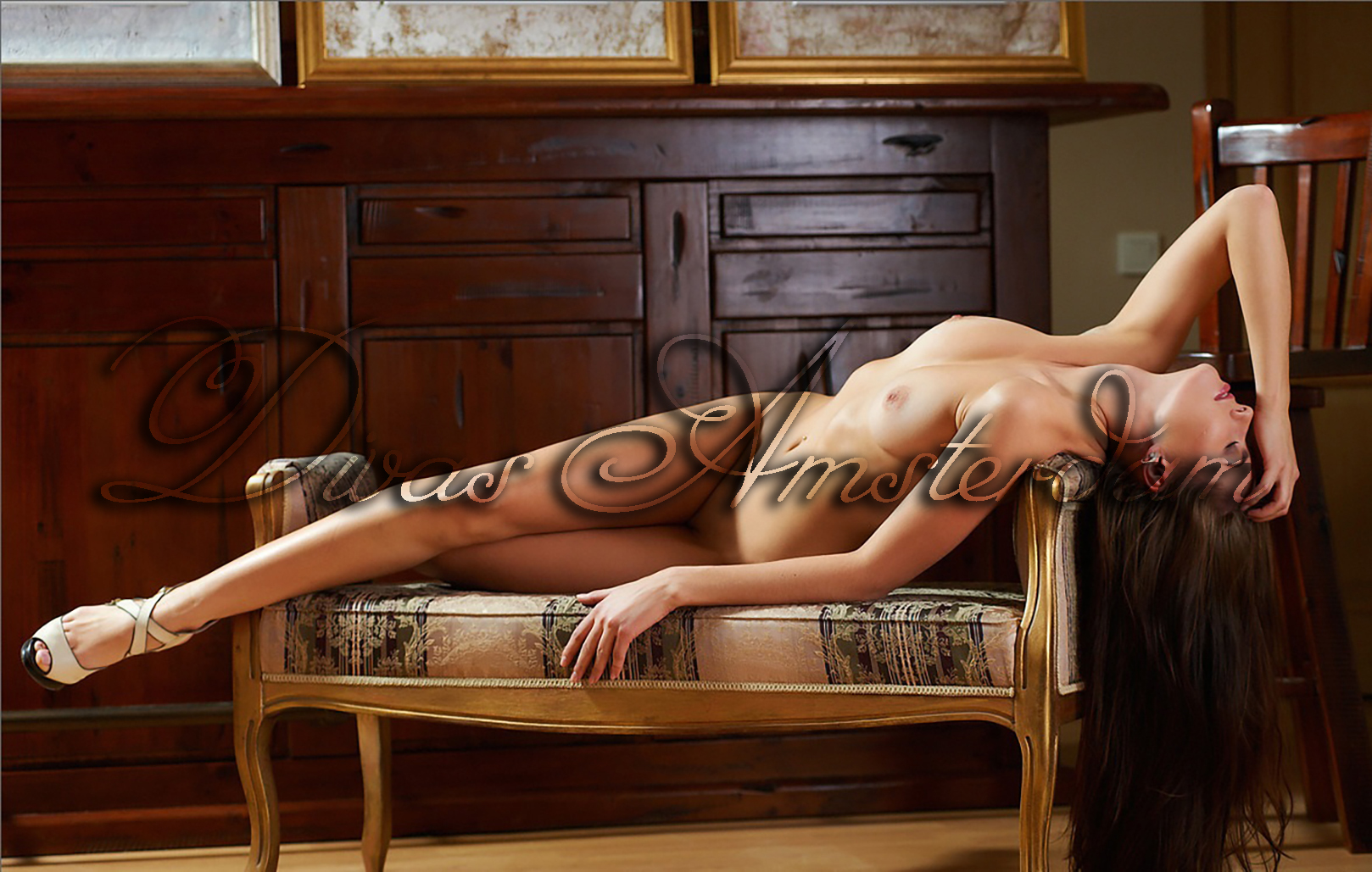 Escort Amsterdam Madalyn hotel naked babe on the couch